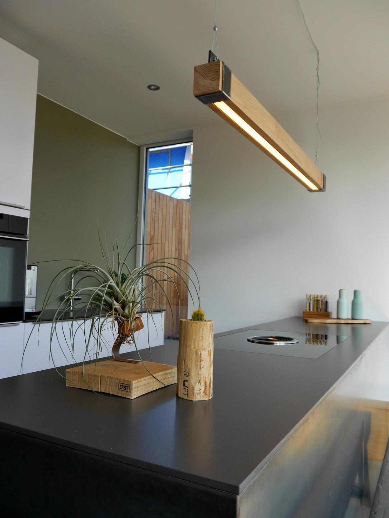 Houten balklamp 39 woodlight 39 indusigns for Houten eettafel design