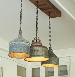 Houten balk met hanglampen