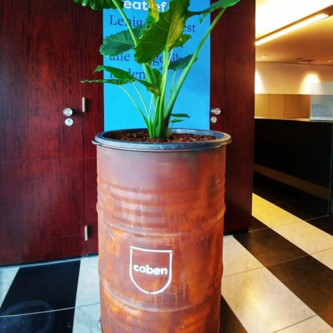 Roestige plantenbak met logo