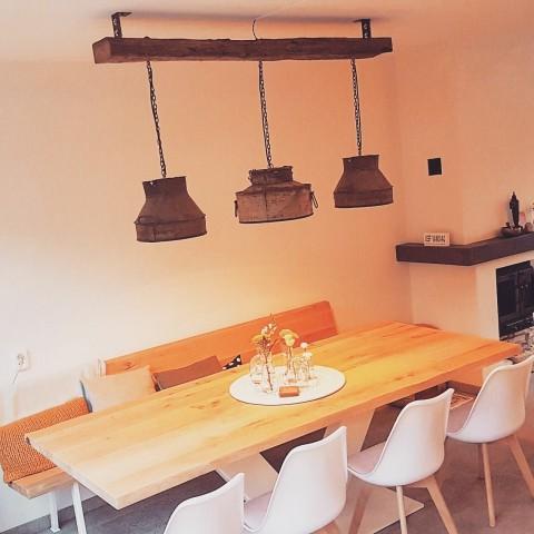 Hanglampen aan houten balk