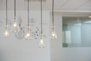 Laboratorium glaswerk als verlichting voor het interieur