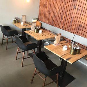 Karaktervolle eettafels gemaakt van oud hout en robuust staal